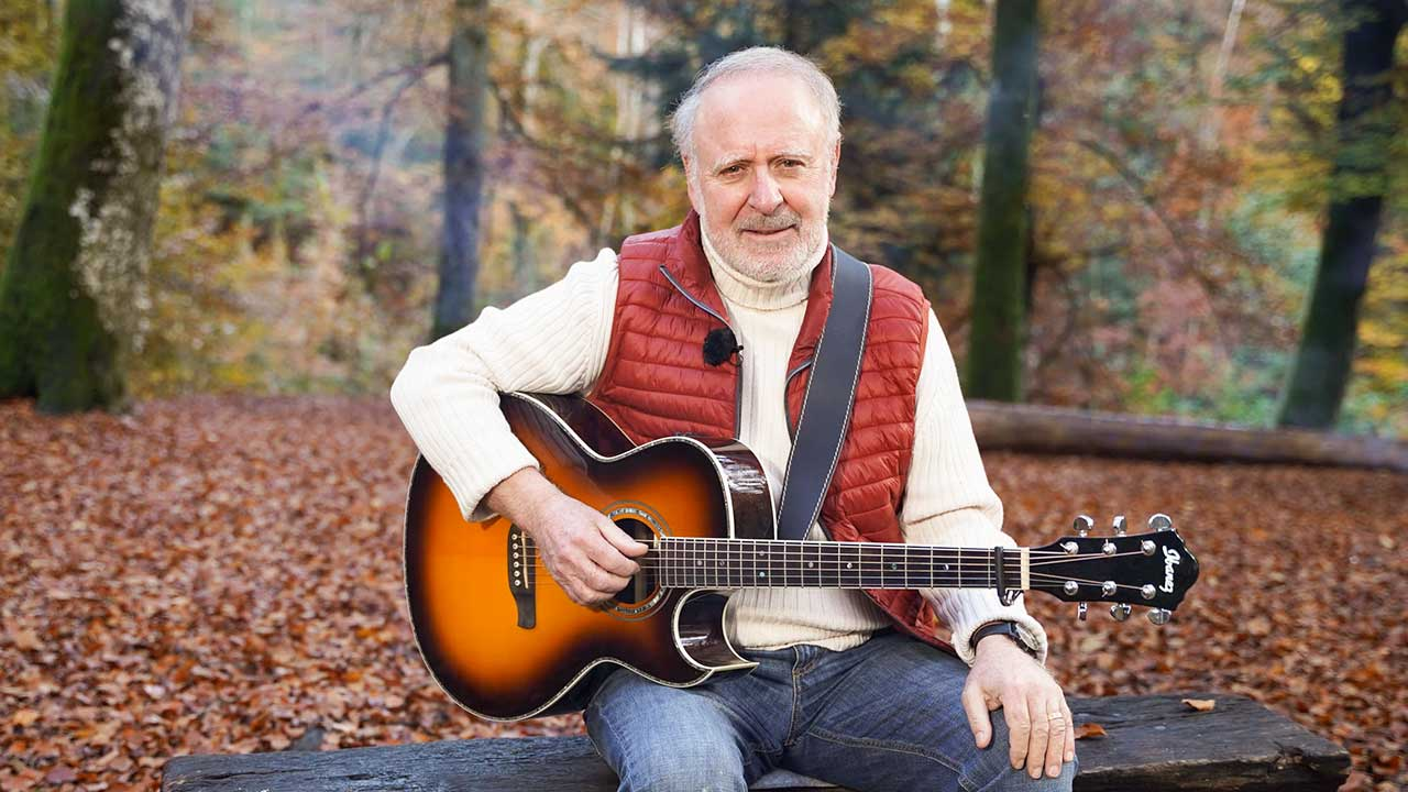 Musiker Peter Reber mit Gitarre