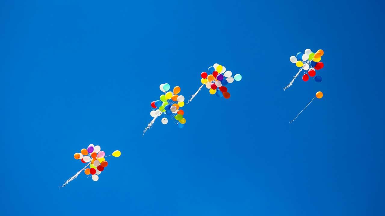 Knäuel von Ballonen fliegen am Himmel