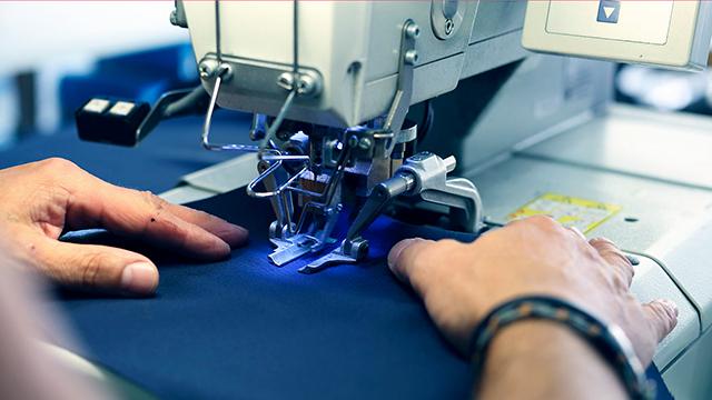 Kleiderproduktion mit der Nähmaschine