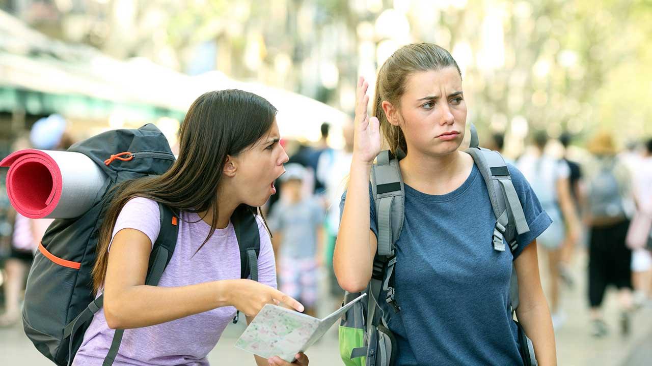 Dicke Luft zwischen zwei jungen Frauen, die als Reisende unterwegs sind