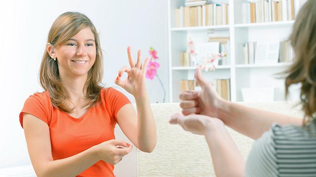 Frauen reden in Gebärdensprache