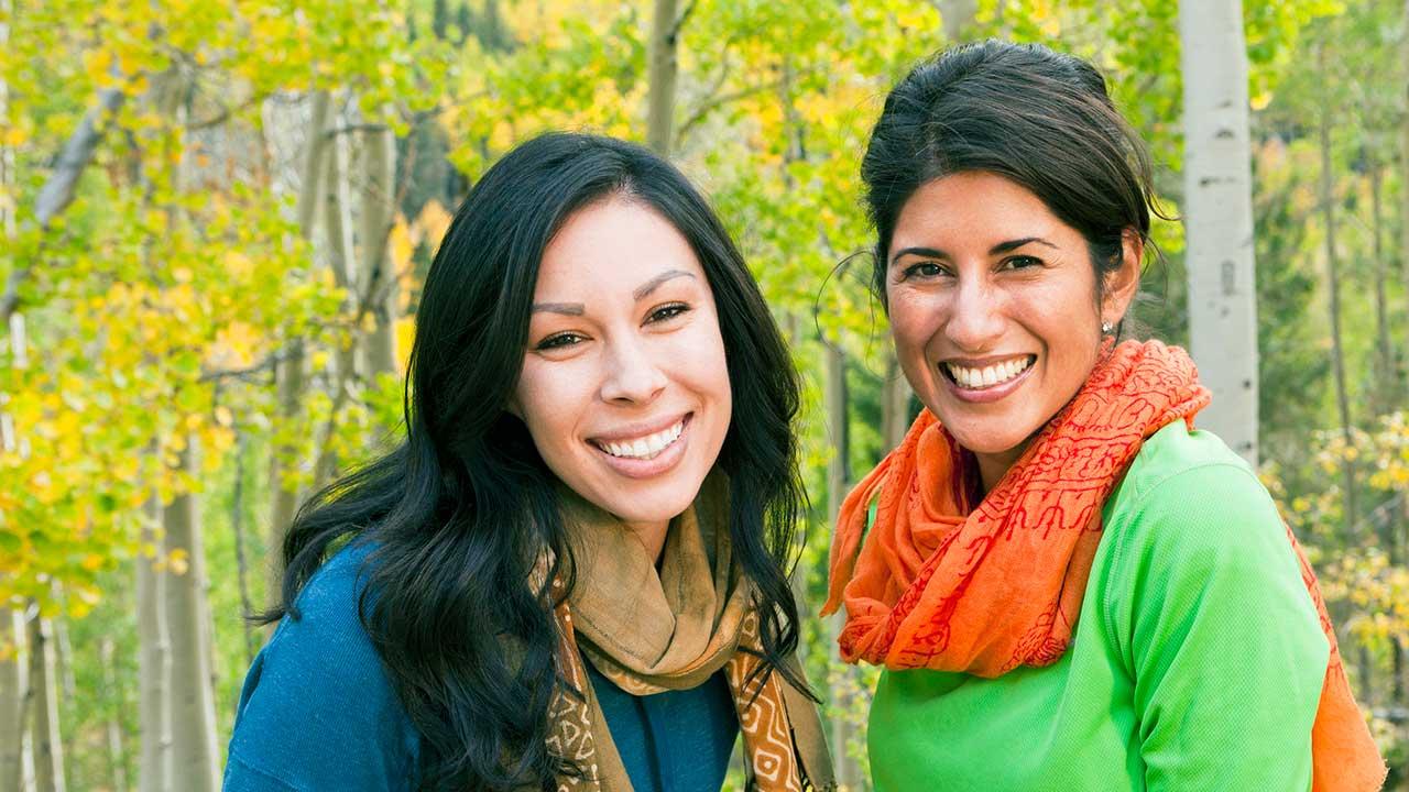 Zwei selbstbewusste und lächelnde Frauen