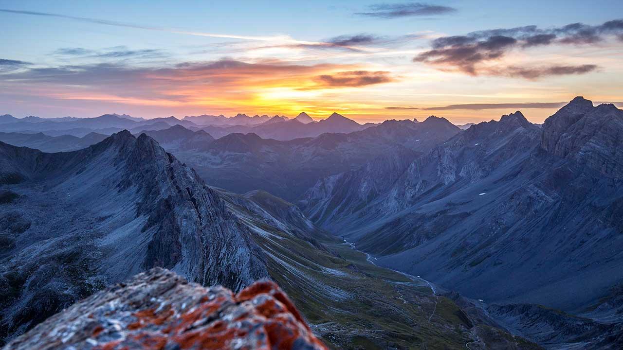 Chrachenhorn bei Davos, im Hintergrund eine gelb-orange Sonne