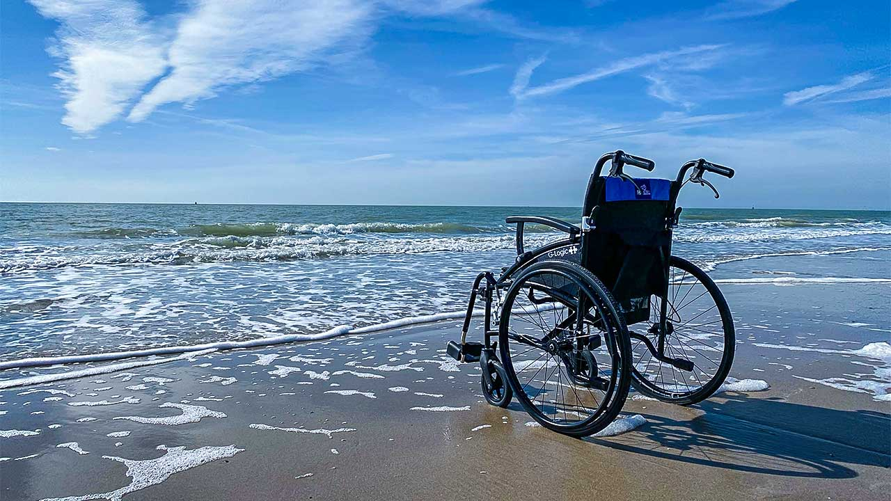 Rollstuhl an einem Meeresstrand