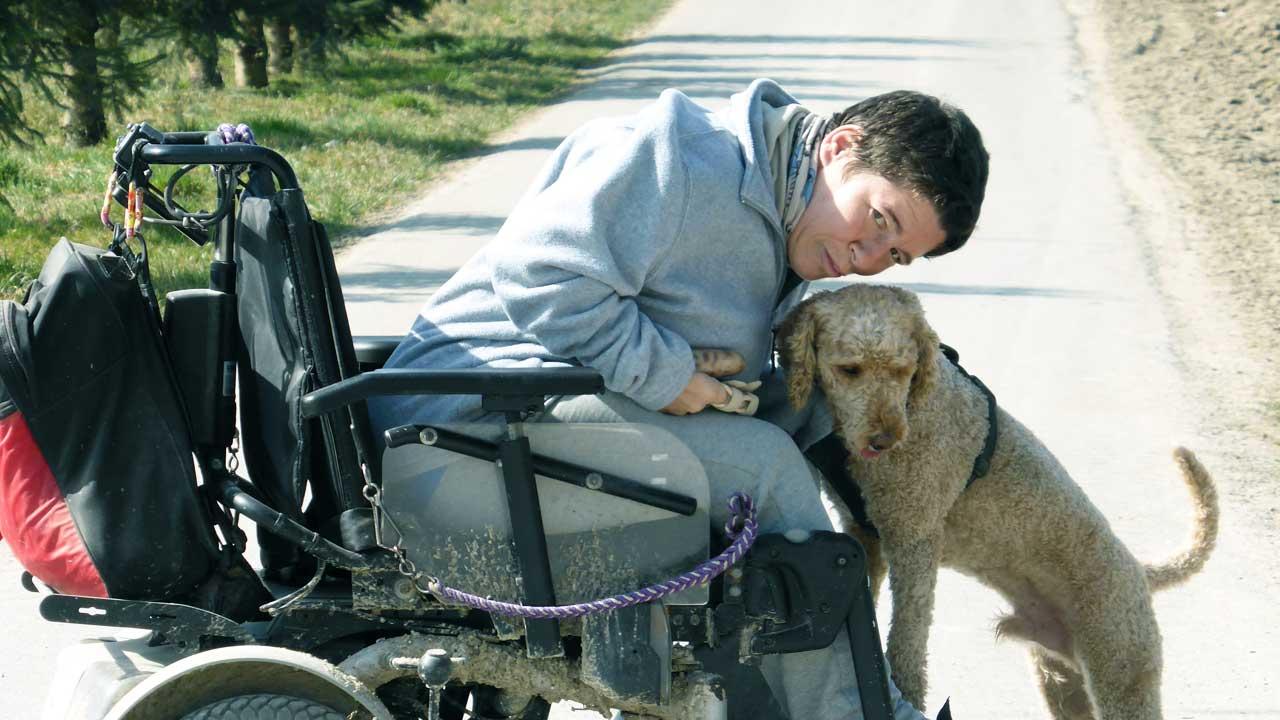 Daniela Moser im Rollstuhl mit ihrem Hund