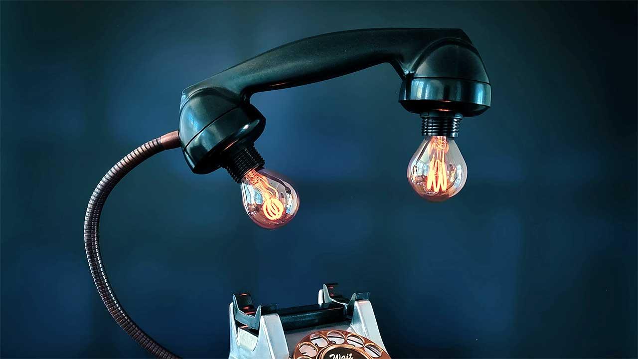 Lampe aus einem alten Telefon, mit Glühbirnen im Hörer