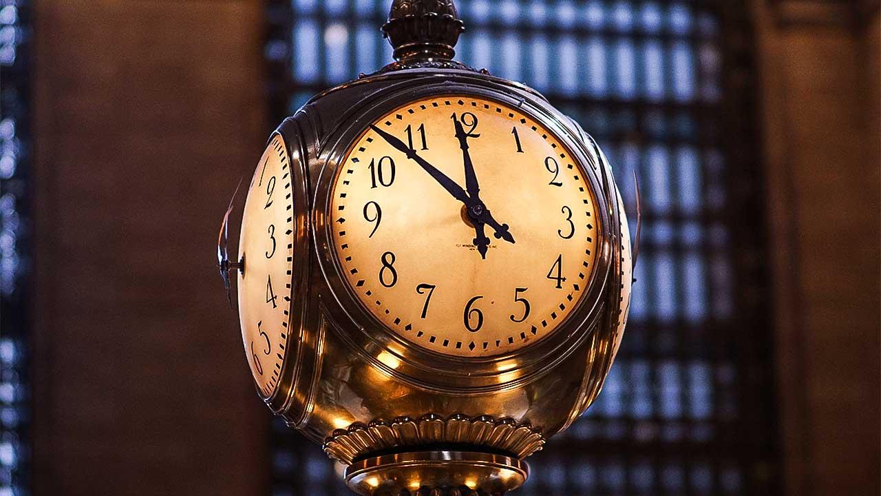 Uhr im Grand Central Terminal in New York zeigt 11 Uhr 53